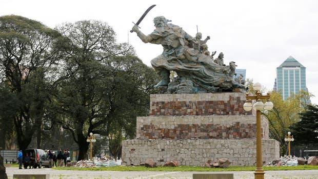 La mudanza de la escultura de Juana Azurduy comenzará el viernes