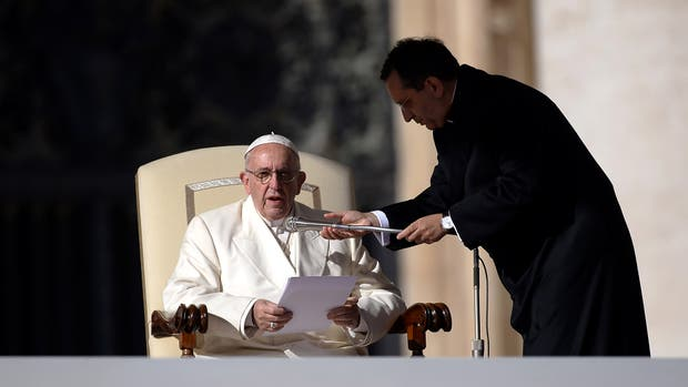 """El papa Francisco recordó que """"la misa no es un espectáculo"""" y dijo que le da """"mucha tristeza"""" ver tantos celulares durante la celebración de la eucaristía"""