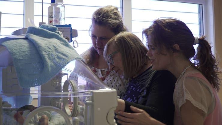 Las fundadoras de Acunar, cantándole a un bebe en una incubadora