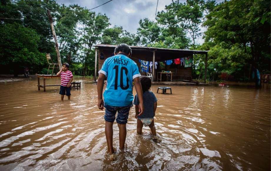 Los vecinos de Santa Victoria Este se vieron obligados a evacuar sus casas por las inundaciones