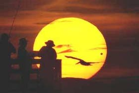 Pescadores de Daytona Beach, EE.UU., observan a Venus como un lunar en el rostro del sol
