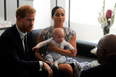 Harry, Meghan, y su bebé Archie, escuchando muy atentos al pacifista africano