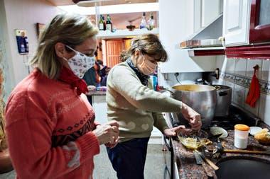Los nuevos tiempos: los Pons prepararon los alimentos con los barbijos puestos