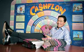 """Kiyosaki en sus oficinas, junto a su exitoso libro y a """"Cashflow"""", el juego que diseñó"""