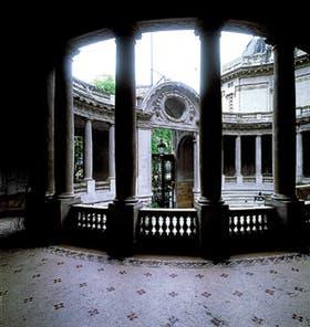 Vista de la entrada principal y el patio de honor del palacio proyectado por Christophersen