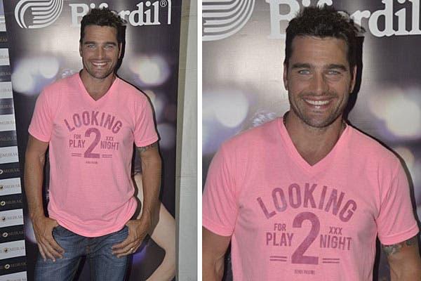 Con un look casual, con jean y remera en tonos de rosa, Hernán Drago pasó por el espacio de Biferdil en el evento Pinamar Moda Look. Foto: Ninch Comunicación Integral