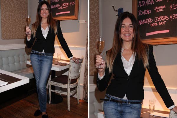 Andrea Frigerio disfrutó del brunch de Bodega Navarro Correa en Sirop Folie. La modelo lució blazer negro, camisa blanca y jean.
