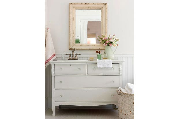 Estos muebles fueron restaurados y reacondicionados para funcionar como vanitorys con un estilo personal.  /Bgh.com
