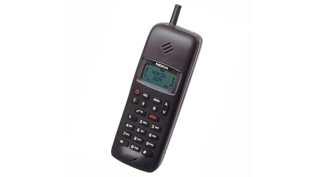 Un Nokia 1011, de 1992: el primer teléfono digital para las redes GSM, y el primero en ser capaz enviar y recibir SMS