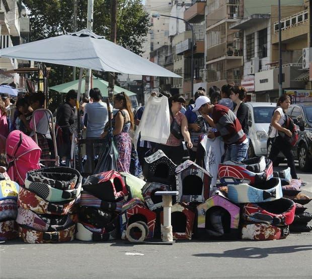 Tras el desalojo del viernes, los manteros regresaron a la avenida Avellaneda