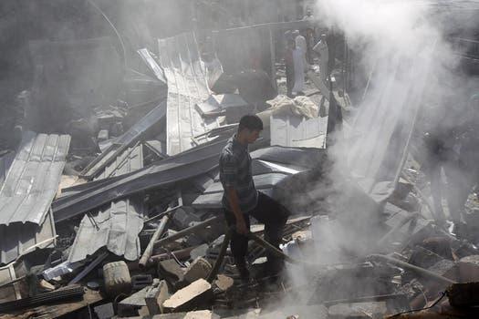 Un joven palestino recorre esta mañana los escombros de un edificio tras un bombardeo israelí en Rafah, en el sur de la Franja de Gaza. Foto: AFP