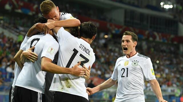 El mediocampista alemán Leon Goretzka festeja con sus compañeros su gol ante México en una de las semifinales de la Copa Confederaciones en Sochi, Rusia