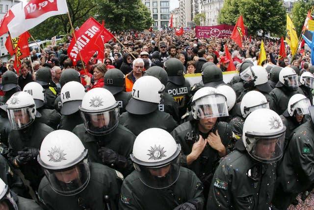 La policía alemana hace un cerco en las calles de Francfort para contener la protesta por la crisis económica