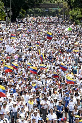 Miles de personas, vestidas de blanco, marcharon ayer por Caracas