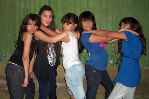 Posando para la foto junto a sus compañeras de escuela. Foto: Facebook