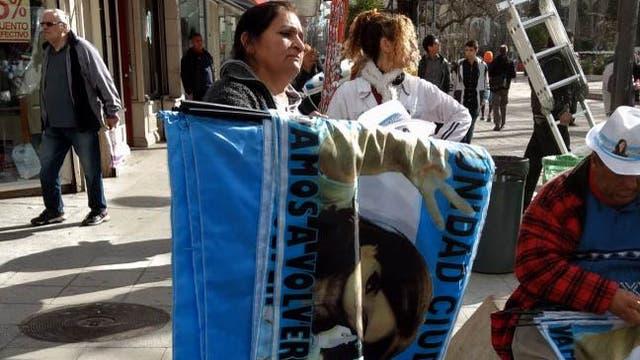 Militantes K, a la espera del acto de lanzamiento de Cristina Kirchner