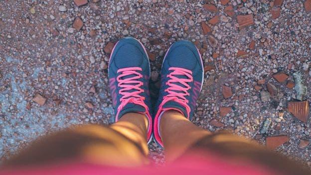 Los sensores en la plantilla de los zapatos determina cuándo enviar la pulsaciones eléctricas a la pantorrilla