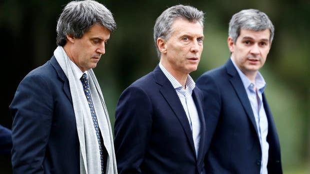 El ministro de Hacienda, Alfonso Prat-Gay; el presidente de la Nación, Mauricio Macri y el jefe de Gabinete, Marcos Peña