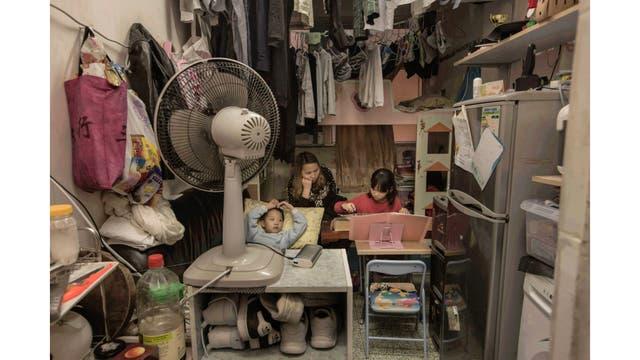 Li Suet-wen y su hijo, de 6 años, y su hija de 8, viven en una habitación de 11 metros cuadrados