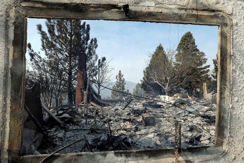 La desvastación vista a través de una ventana incendiada. Foto: AP