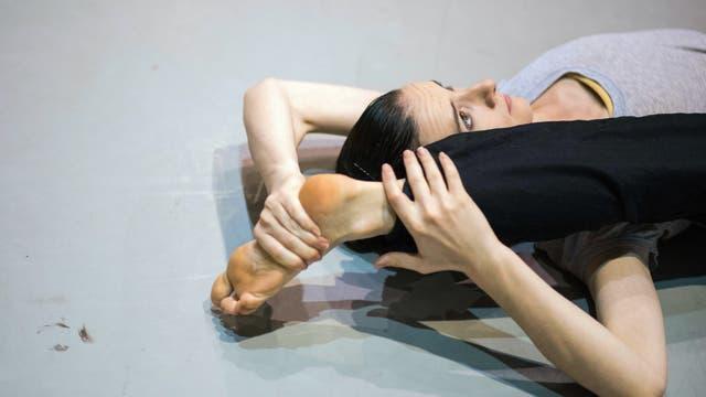 Una bailarina calienta antes de una clase