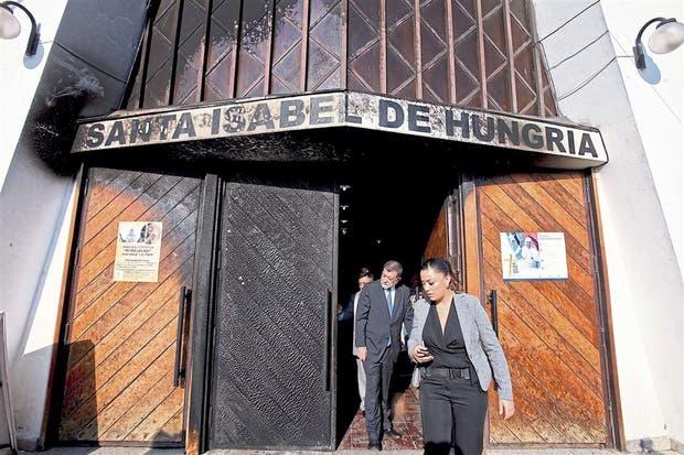 El ministro del Interior chileno, Aleuy Mahmud, verificó los daños de una de las parroquias atacadas en Santiago
