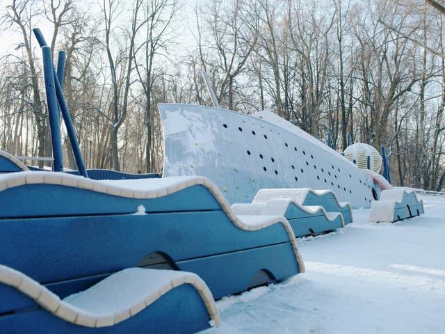 Un barco hundido en el famoso Gorky Park de Moscú