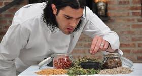 Agustín Brañas, de Tree Compañía de Cocina, endulza una sopa de remolacha con hojas de stevia