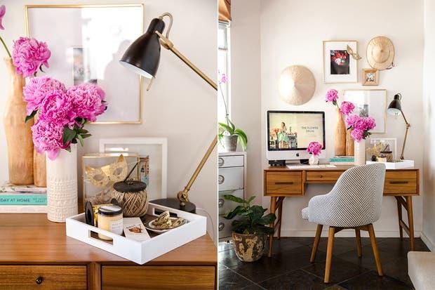 Para darle frescura a un escritorio nada mejor que unas coloridas flores que alegren el espacio.  /Bloglovin.com