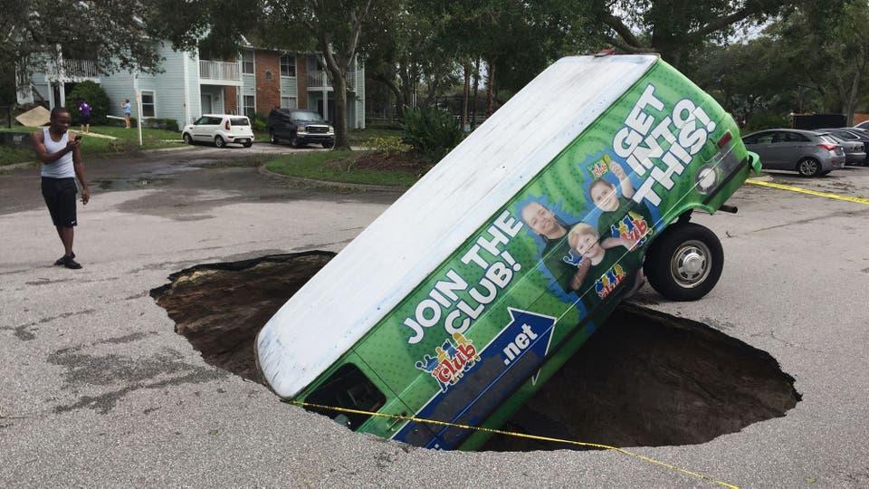 """Una camioneta que cayó dentro de un cráter que se abrió en medio de una calle tras el paso del huracán """"Irma"""" . Foto: AP"""