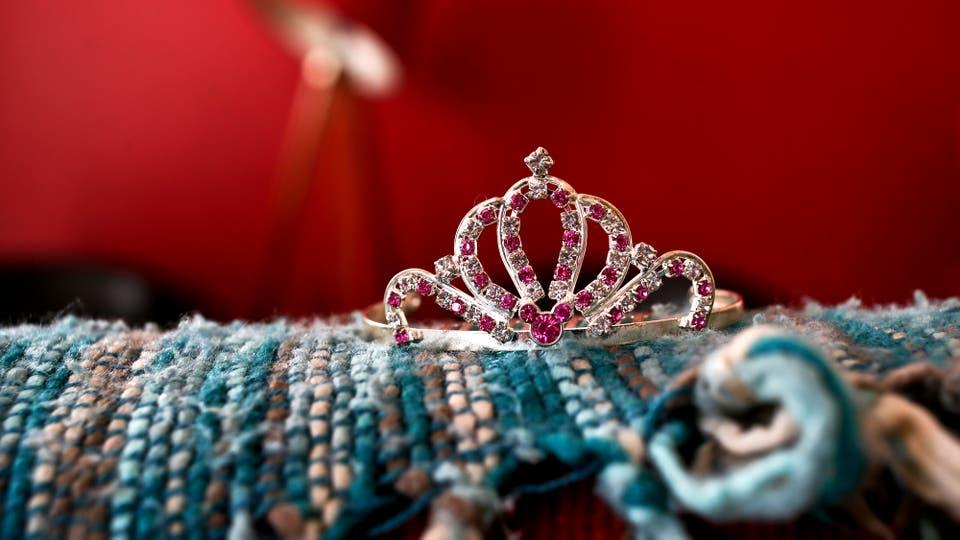 Una corona sobre el sofá en la casa de Luna