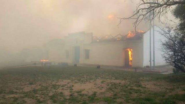 En la localidad de La Punta, el fuego arrasó con una réplica de la Casa de Tucumán