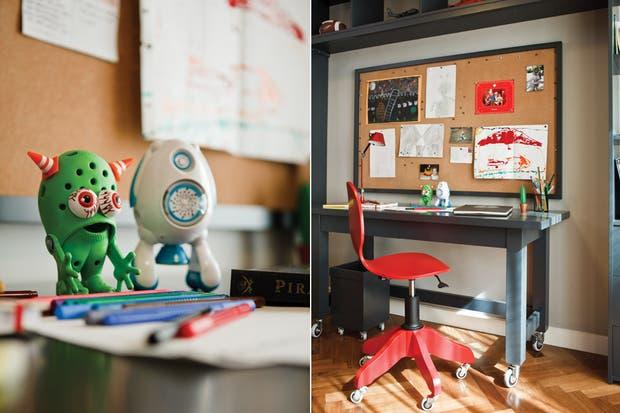 Corcho con marco gris; sobre el escritorio, marcadores color Grip (Faber-Castell).
