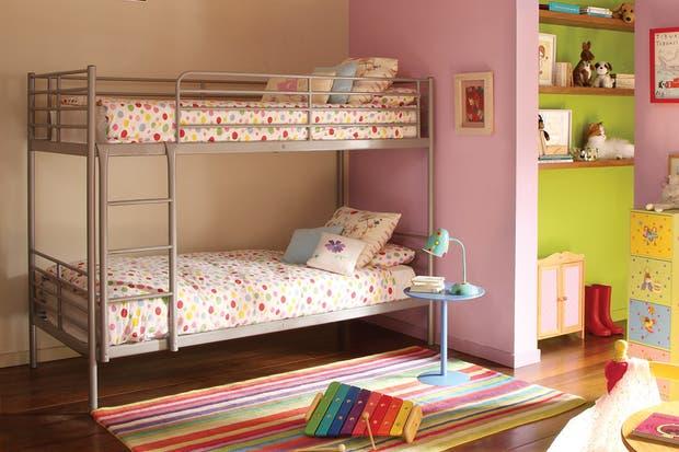 Sin muchas vueltas, una cama marinera con estructura metálica resulta visualmente liviana; una buena elección cuando se trata de evitar el volumen espacial..  /Archivo LIVING.
