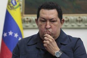 Chávez habló en cadena nacional y besó un crucifijo cuando anunció que debería extirparse células malignas del pelvis