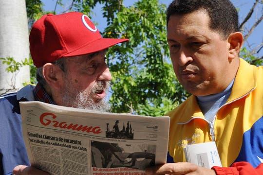 Castro y Chavez leyendo el diario Granma en Cuba, en junio de 2011. Foto: Archivo