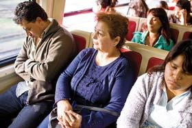 ''Lo más agotador es el viaje''. En el tren Sarmiento ida y vuelta: de Merlo a Once