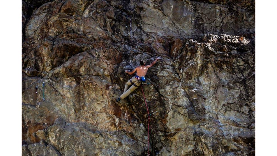 Escalador practicando en uno de los multiples muros que rodean al pueblo de El Chalten. En estos lugares se establecen vías de diversa dificultad para el ejercicio y entrenamiento. Foto: LA NACION / Silvana Colombo