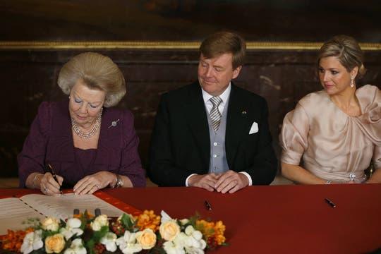 En el salón Mosezaal del Palacio, el instrumento de abdicación de la reina Beatriz fue firmado por los testigos. Foto: AFP