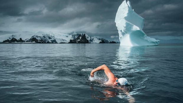 Lewis Pugh completó un nado de un kilómetro para lanzar el mayor plan de protección oceánica de la historia en un mar a 0°