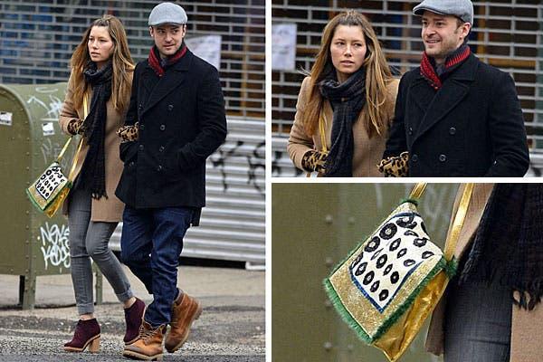 Jessica Biel y Justin Timberlake, una pareja con mucha onda para caminar por Nueva York. Ella, con tapado, jeans, botitas bordó, cartera con mix de estampas y guantes animal print. ¿Qué te parece el look de él?. Foto: Celebritieswonder.net