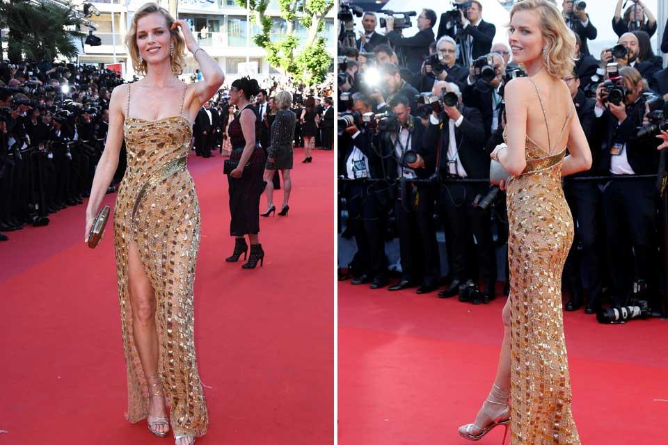 Eva Herzigova cruzó la red carpet con un vestido en color dorado de Roberto Cavalli Couture.