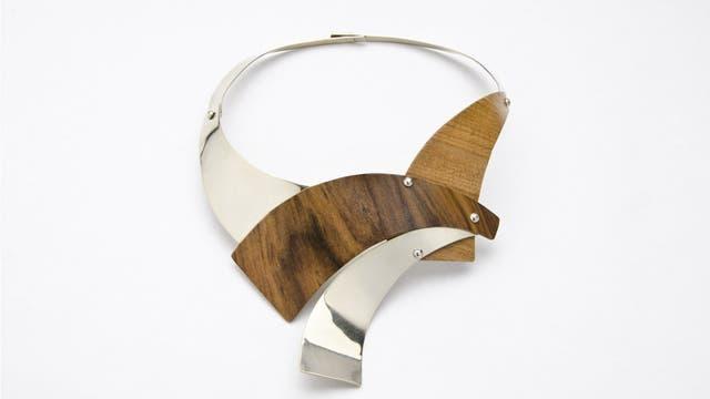 Collar de Silvina Piredda, en Entre líneas, muestra de joyería contemporánea de la escuela de María Medici