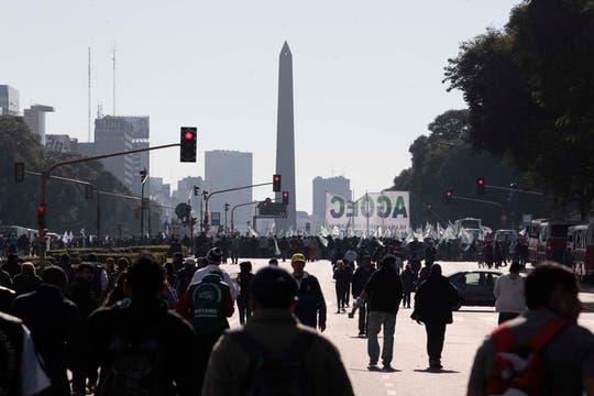 Miles de manifestantes llegaron a la Plaza de Mayo; Moyano encabezará el acto de protesta convocado por la CGT. Foto: LA NACION / Fernando Massobrio