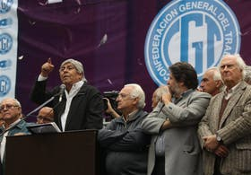 Hugo Moyano protestó en el Ministerio de Trabajo, rodeado de gremialistas y políticos opositores