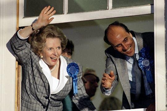 Margaret Thatcher saluda a sus seguidores en la sede del Partido Conservador en junio de 1987. Foto: Archivo
