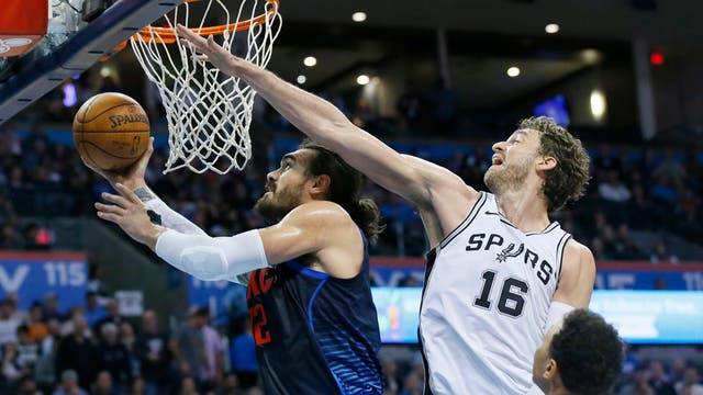 Gasol intenta tapar a Adams en la derrota de Spurs ante Oklahoma esta noche San Antonio va por un éxito ante Detroit