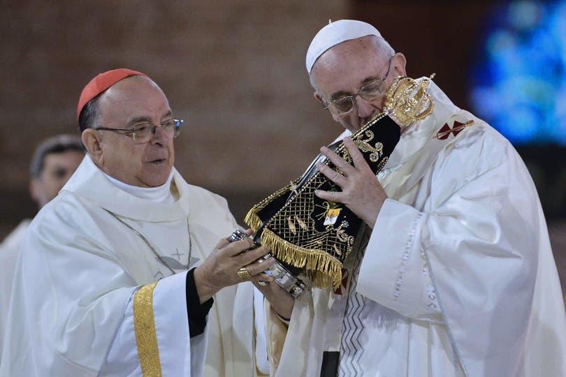 El arzobispo de Aparecida le obsequió una imagen réplica de la patrona del Brasil. Foto: AFP