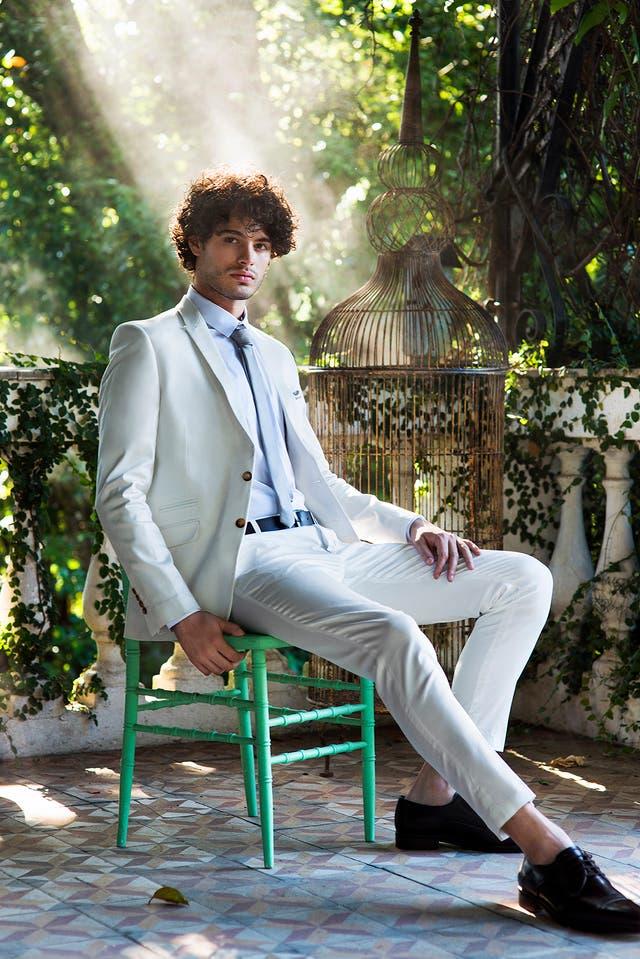 Saco, pantalón de satén, camisa, corbata y pañuelo de raso (Key biscayne). Zapatos de cuero (Sarkany).
