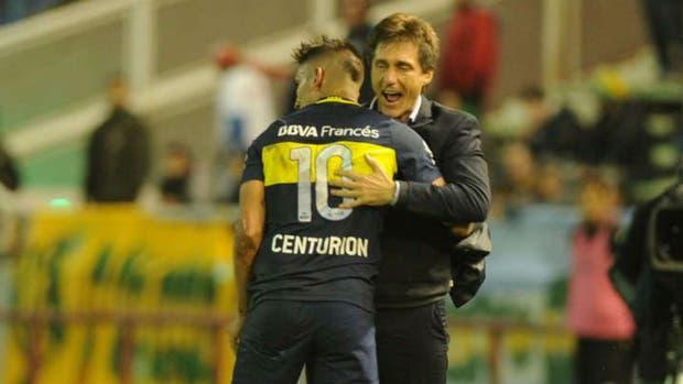 Guillermo lo abraza a Centurión, autor del segundo gol de Boca